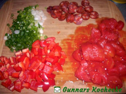 Frühlingszwiebeln, Chorizo, Paprika und Tomaten