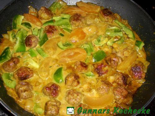 Hackbällchen mit Paprika und Aprikosen in Currysauce