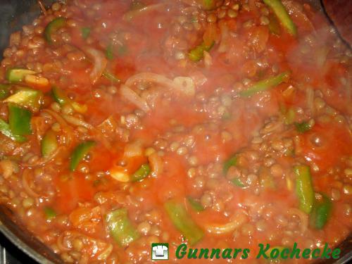 Linsen mit Tomatensauce, Zwiebeln, Paprika und Aprikosen