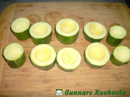 Zucchinischeiben aushöhlen
