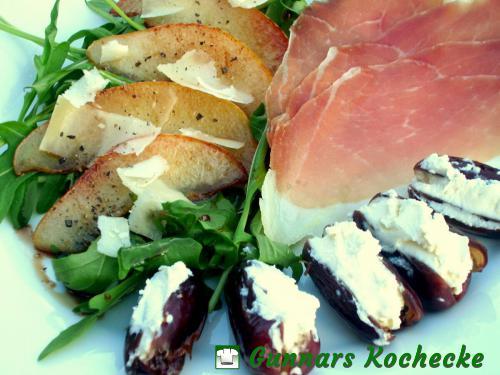 Rucola-Salat mit gebratener Birne, Schinken und gefüllten Datteln