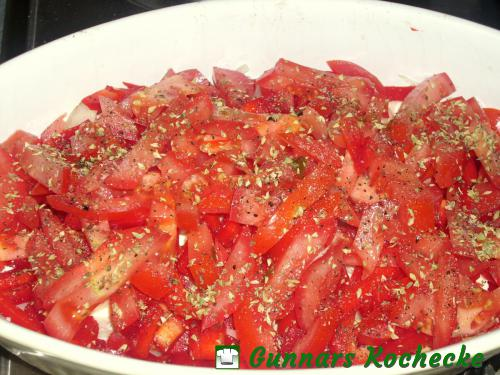 Paprika und Tomaten einschichten und würzen