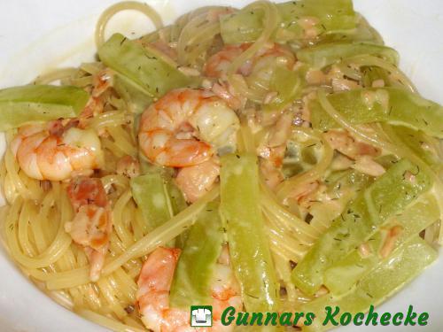 Spaghettini mit Lachs, Shrimps und Gurken in Dill-Senf-Sahne