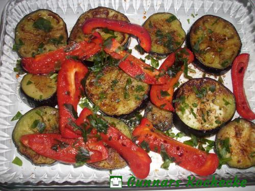 Eingelegte gebratene Aubergine und Paprika
