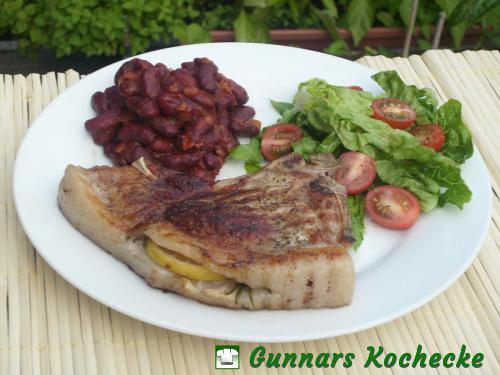 Gegrilltes Rosmarin-Schweinekotelett mit Bohnen in Tomatensauce
