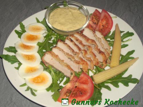 Rucola-Salat mit Schnitzelstreifen, Ei und Currysauce