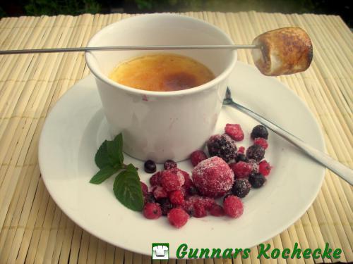 Zitronen-Crème-Brûlée mit gefrorenen Beeren und Marshmallow