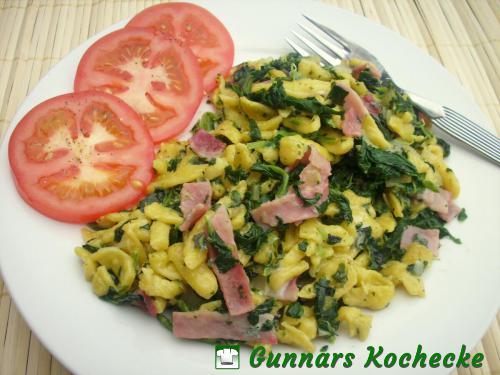 Spätzlepfanne mit Spinat, Gorgonzola und Schinken
