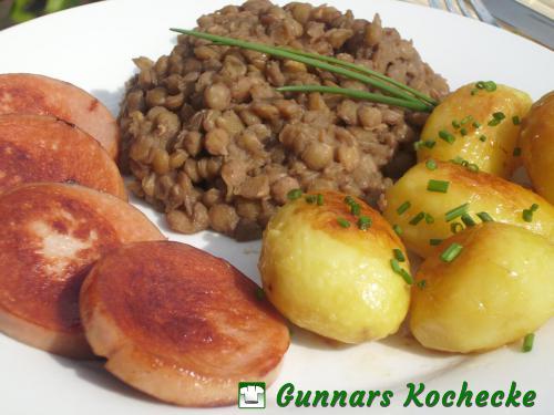 Süß-saure Linsen mit karamellisierten Röstkartoffeln und gebratener Fleischwurst