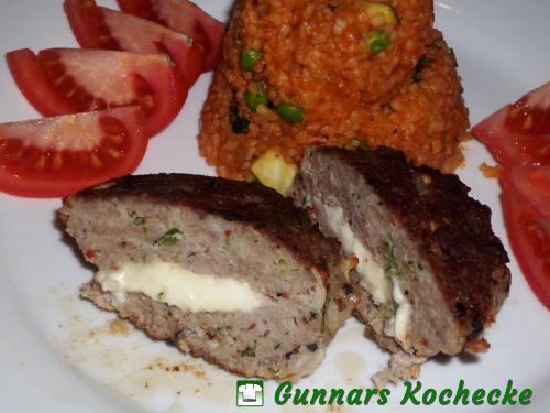 Hacksteak nach Bifteki-Art gefüllt mit Feta