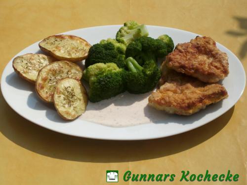 Putenschnitzel in Eihülle mit Broccoli und Rosmarin-Ofenkartoffeln