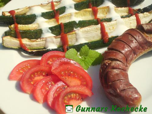 Rostbratwurst mit gegrillten Zucchinistreifen