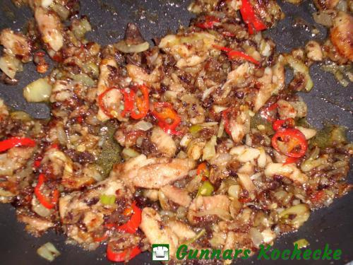 Sardinen, Knoblauch, Zwiebeln und Peperoni anbraten