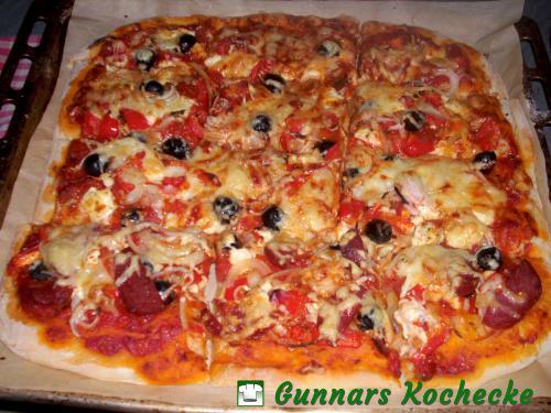 Pizza mit Paprika, Feta, Zwiebeln und Oliven