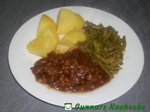 Hackfleisch-Bratensauce mit Salzkartoffeln und Grünen Bohnen