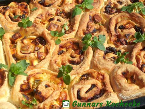 Pizza-Schnecken mit Feta, Jalapeño und getrockneten Tomaten