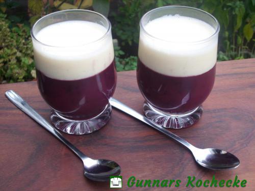 Rote Grütze mit Vanillesauce im Glas