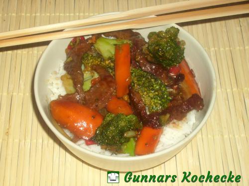 Chinesisches Rindfleisch mit Broccoli und Möhren in Austernsauce