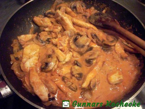 Hühnerbruststreifen und Champignons in Tomatensahnesauce
