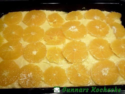 Teig mit Orangenscheiben belegen
