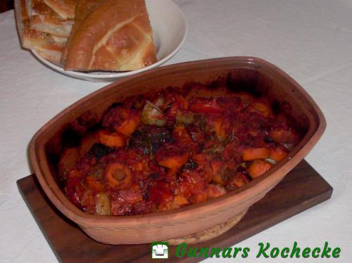 Geschmorte Rinderbeinscheiben mit Gemüse aus dem Tontopf