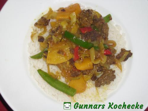 Zwiebel-Pfirsich-Curry mit Rinderhack auf Reis