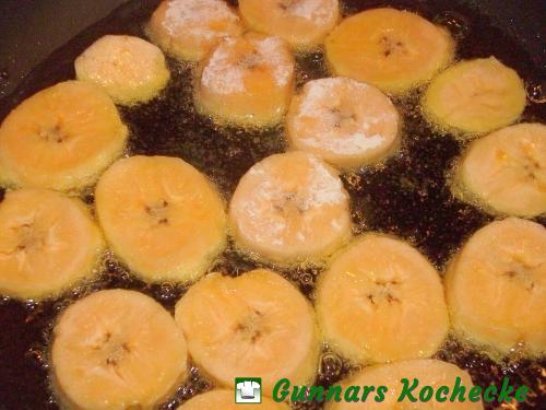Kochbananen im heißen Öl braten