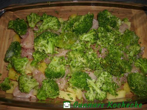 Broccoliröschen auf dem Auflauf verteilen