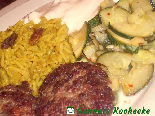 Scharfe Hacksteaks mit Rhabarber-Zucchini-Gemüse und Rosinen-Curry-Reis