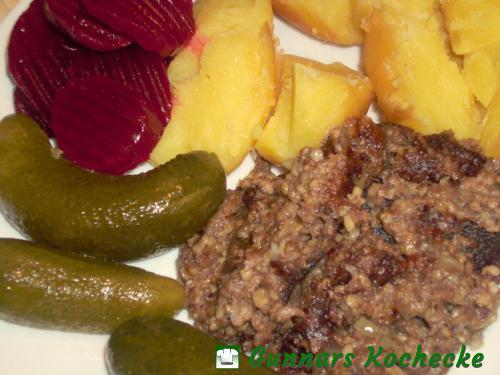 Bremer Knipp mit sauren Gurken, roter Bete und Kartoffeln