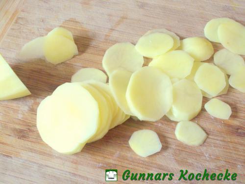 Kartoffeln in dünne Scheiben schneiden