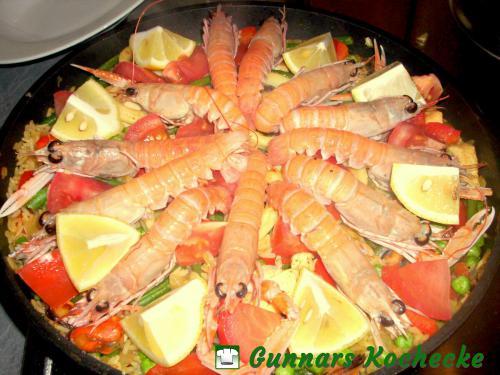 Spanische Paella Mixta mit Meeresfrüchten und Hühnerbrust