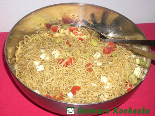 Spaghettisalat mit Pesto und Feta